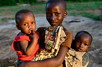 TTANZANIA, Mara Region, Musoma, village Bokabwa, Luo tribe, elder children must take care for their smaller siblings / Tansania Region Mara, Musoma, Dorf Bokabwa, Luo Volksstamm, Kinder