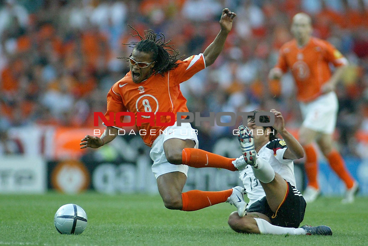 Europameisterschaft 2004 Portugal<br /> <br /> Deutschland - Niederlande<br /> <br /> Foul von Michael Ballack an Edgar Davids<br /> <br /> Foto &copy; nordphoto<br /> <br /> <br /> <br /> <br /> <br /> <br /> <br />  *** Local Caption *** Foto ist honorarpflichtig! zzgl. gesetzl. MwSt.<br /> <br />  Belegexemplar erforderlich<br /> <br /> Adresse: nordphoto<br /> <br /> Georg-Reinke-Strasse 1<br /> <br /> 49377 Vechta<br /> <br /> Telefon: 04441-89400 / Fax: 04441-894022