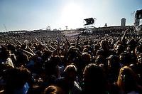 SÃO PAULO, SP, 06.04.2014 - LOLLAPALOOZA 2014 - SHOW VAMPIRE WEEKEND - A banda Vampire Weekend se apresenta no segundo dia do Festival Lollapalooza 2014, realizado no Autódromo de Interlagos, zona sul de São Paulo na tarde deste domingo (06). (Foto: Levi Bianco / Brazil Photo Press).
