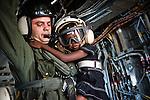 Un militaire américain porte la petite Sophonie Blaise, rescapée du séisme, à l'intérieur de l'hélicoptère qui les ramène de Jacmel à Port-au-Prince le 22/01/2010 . Avec son frère Godson, également de nationalité américaine, ils doivent ensuite regagner les Etats-Unis.