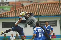 BARUERI, SP - 18.01.2012 – JOGO TREINO GREMIO BARUERI X GREMIO OSASCO – Goleiro Paulao disputa a bola pelo alto com o atacante Magrao do Barueri. Nesta quarta-feira (18) a tarde as equipe do Gremio Barueri e Gremio Osasco participaram de um jogo treino, no Centro de Treinamento da Vila Porto em Barueri, na Grande SP. O jogo acabou empatado em 1 a 1, os gols foram marcados por Marcelinho (Barueri) e Luciano (Osasco). (Foto: Renato Silvestre/NewsFree)