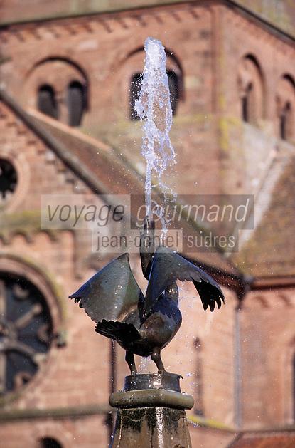 Europe/France/Alsace/67/Bas-Rhin/Neuviller-les-Saverne: Statue représentant une oie devant l'église romane Saint-Pierre et Saint-Paul