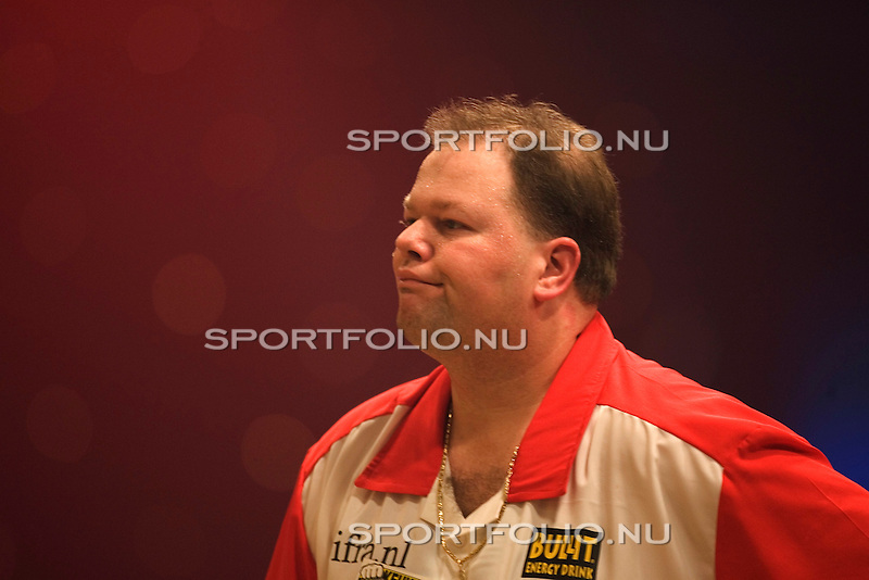Nederland, Hengelo, 10 februari 2005.Master of Darts.Darter Raymond van Barneveld trekt een zuur gezicht tijdens zijn partij tegen Phil Taylor. .