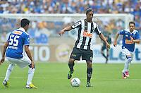 BELO HORIZONTE, MG, 3 FEVEREIRO 2013 - CAMPEONATO MINEIRO 2013 - CRUZEIRO x ATLETICO - Reabertura do Mineirao, um dos estadios para a Copa do Mundo 2014 e Copa das Confederacoes 2013 no Brasil. Na foto, disputa de bola entre, Leandro Guerreiro, do Cruzeiro e Ronaldinho Gaucho, do Atletico durante a partida valida pela 1 rodada do Campeonato Mineiro 2013, no Estadio Mineirao, em Belo Horizonte MG. (FOTO: DOUGLAS MAGNO / BRAZIL PHOTO PRESS).