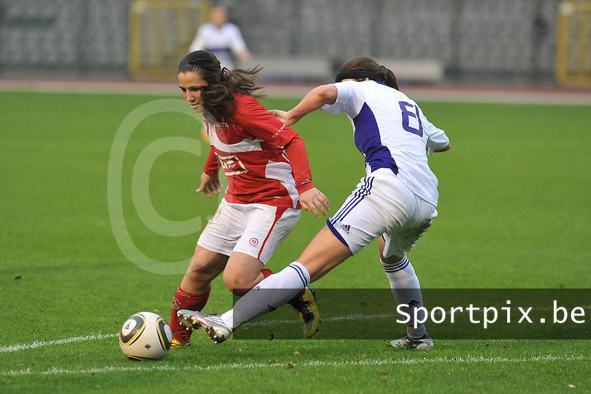 RSC Anderlecht Dames - Standard Femina de Liege : Vanity Lewerissa probeert de tackle te ontwijken.foto JOKE VUYLSTEKE / Vrouwenteam.be
