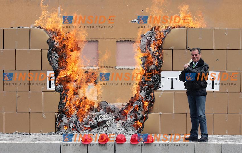 Il Ministro per la Semplificazione Roberto Calderoli brucia le scatole che contengono 375.000 tra leggi e regolamenti abrogati dal suo ministero..Roma, Caserma dei Vigili del Fuoco di Capannelle, 24 Marzo 2010..Photo Serena Cremaschi Insidefoto