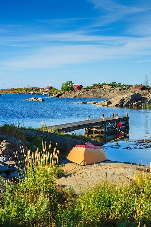 Båt och stugor på Ut-Fredel i Stockholms  ytterskärgård Roslagen