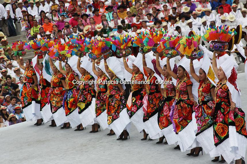 Oaxaca de Ju&aacute;rez, Oax. 28/07/2015.- Con una colorida y asombrosa muestra de bailes, costumbres y tradiciones plasmados en la &uacute;ltima edici&oacute;n de la &ldquo;Guelaguetza 2015&rdquo;, culminaron en Oaxaca las fiestas de julio, las cuales congregaron a miles de visitantes nacionales y extranjeros, quienes pudieron disfrutar de las distintas actividades durante estas fechas.<br /> <br />  <br /> <br /> Fue as&iacute; que con la participaci&oacute;n de 17 delegaciones, culmino la octava del &ldquo;Lunes del Cerro&rdquo;, la cual fue ovacionada gratamente en el auditorio &ldquo;Guelaguetza&rdquo; por miles de propios y extra&ntilde;os, quienes llenaron completamente dicho lugar.<br /> <br />  <br /> <br /> Las delegaciones participantes que se congregaron para dar esta &uacute;ltima muestra de folclor fueron: Las chinas oaxaque&ntilde;as, Miahuatl&aacute;n de Porfirio D&iacute;az, Huatla de Jim&eacute;nez, San Pedro Comitancillo, San Agust&iacute;n Loxicha, Santiago Macuiltianguis, San Mateo Macuilx&oacute;chitl, Villa de Zaachila, Huajuapan de Le&oacute;n, San Pedro Huilotepec, San Juan Bautista Tuxtepec, Santa Mar&iacute;a Huatulco, San Pedro Amuzgos, y  Pinotepa Nacional.