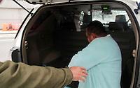 SÃO PAULO, SP, 07.05.2015 - PADRE-PRISÃO - O padre Juscelino Oliveira, acusado de pedofilia chega ao Departamento Estadual de Homicídios e Proteção à Pessoa (DHPP), após ter sido detido na Casa Paroquial do Grajaú na zona sul de São Paulo. Ele já foi condenado pela Justiça a oito anos de prisão e estava foragido. (Foto: Marcio Ribeiro / Brazil Photo Press)