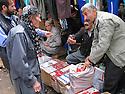 Iran 2004.Sanandaj: les vendeurs de cigarettes.Sanandaj: selling cigarettes