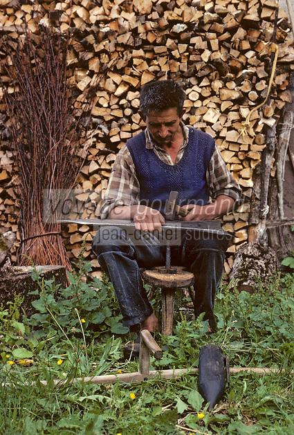 Europe/France/Auvergne/15/Cantal/env de Vic sur Cère: agriculteur affutant sa faux [Non destiné à un usage publicitaire - Not intended for an advertising use] PHOTO D'ARCHIVES // ARCHIVAL IMAGES<br /> FRANCE 1980