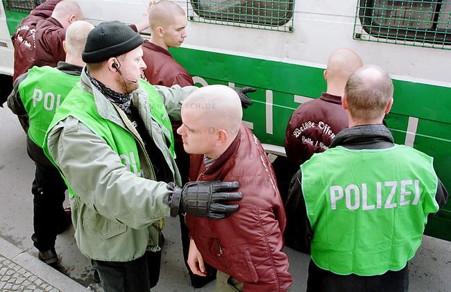 Etwa 1.200 Neonazis und Skinheads versammelten sich in Berlin zu einer Demonstration unter dem Motto: &quot;Meinungsfreiheit statt Verbote&quot;. Aufgerufen hatte eine sogenannte &quot;Kameradschaft Germania Berlin&quot;.<br /> Hier: Die Sondereinheit &quot;Politisch motivierte Strassengewalt&quot; (PMS) der Berliner Polizei nimmt vor der Demonstration Skinheads der Gruppe &quot;Weisse Offensive - Halle/Saale&quot; fest, da sie gegen das verhaengte Uniformverbot verstossen haben.<br /> 4.11.2000, Berlin<br /> Copyright: Christian-Ditsch.de<br /> [Inhaltsveraendernde Manipulation des Fotos nur nach ausdruecklicher Genehmigung des Fotografen. Vereinbarungen ueber Abtretung von Persoenlichkeitsrechten/Model Release der abgebildeten Person/Personen liegen nicht vor. NO MODEL RELEASE! Nur fuer Redaktionelle Zwecke. Don't publish without copyright Christian-Ditsch.de, Veroeffentlichung nur mit Fotografennennung, sowie gegen Honorar, MwSt. und Beleg. Konto: I N G - D i B a, IBAN DE58500105175400192269, BIC INGDDEFFXXX, Kontakt: post@christian-ditsch.de<br /> Bei der Bearbeitung der Dateiinformationen darf die Urheberkennzeichnung in den EXIF- und  IPTC-Daten nicht entfernt werden, diese sind in digitalen Medien nach &sect;95c UrhG rechtlich gesch&uuml;tzt. Der Urhebervermerk wird gemaess &sect;13 UrhG verlangt.]
