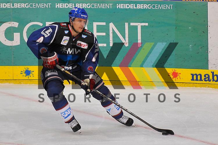 Mannheims Dennis Seidenberg (Nr.4) am Puck beim Spiel in der DEL, Adler Mannheim - Nuernberg Ice Tigers.<br /> <br /> Foto &copy; Ice-Hockey-Picture-24 *** Foto ist honorarpflichtig! *** Auf Anfrage in hoeherer Qualitaet/Aufloesung. Belegexemplar erbeten. Veroeffentlichung ausschliesslich fuer journalistisch-publizistische Zwecke. For editorial use only.