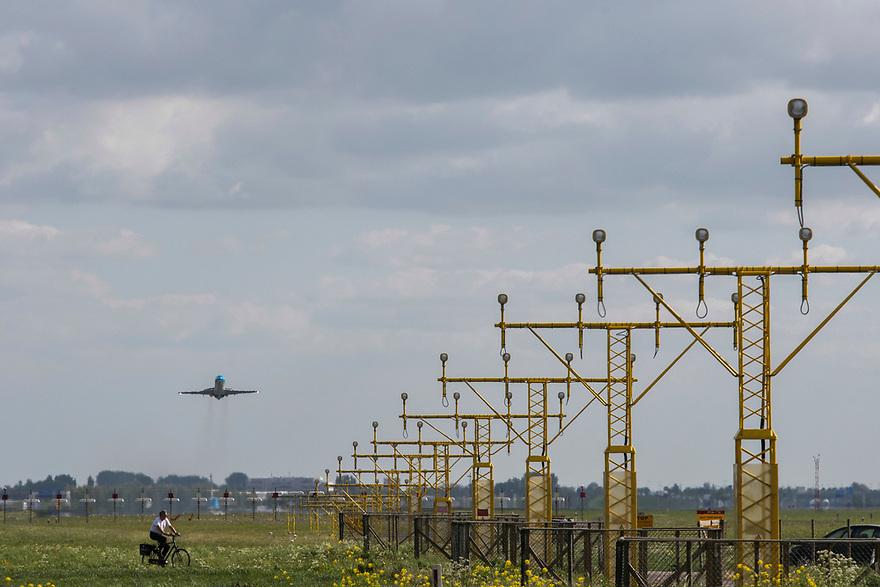 Nederland, Lijnden, Badhoevedorp, 20170509<br /> Opstijgend vliegtuig van Schiphol.<br /> <br /> Foto: (c) Michiel Wijnbergh