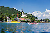Austria, Upper Austria, Salzkammergut, Attersee at lake Attersee: jetty, parish and pilgrimage church Mary Ascension and evangelic church St. Martin | Oesterreich, Oberoesterreich, Salzkammergut, Attersee am Attersee: Schiffsanleger, gotische Pfarr- und Wallfahrtskirche Maria Himmelfahrt auf dem Kirchenberg und die evangelische Martinskirche