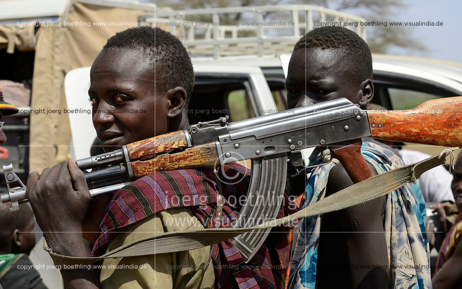 ETHIOPIA, Southern Nations, Lower Omo valley, Kangaten, village Kakuta, Nyangatom tribe, a shepherd carry a Kalashnikov AK-47 machine gun, to protect themselves from cattle raids of Turkana tribe / AETHIOPIEN, Omo Tal, Kangaten, Dorf Kakuta, Nyangatom Hirtenvolk, Hirte mit Kalaschnikow AK-47 Maschinengewehr, zum Schutz vor Viehdiebstaehlen durch Turkana Voelker
