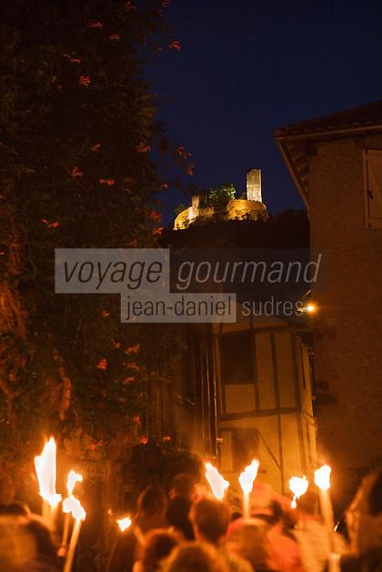 Europe/Europe/France/Midi-Pyrénées/46/Lot/Saint-Céré: Visite nocturne de la ville au flambeau en fond les tours de Saint-Laurent illuminées