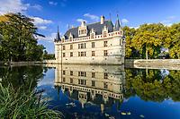 France, Indre-et-Loire (37), Azay-le-Rideau, parc et château d'Azay-le-Rideau en automne et l'Indre aménagé en plan d'eau