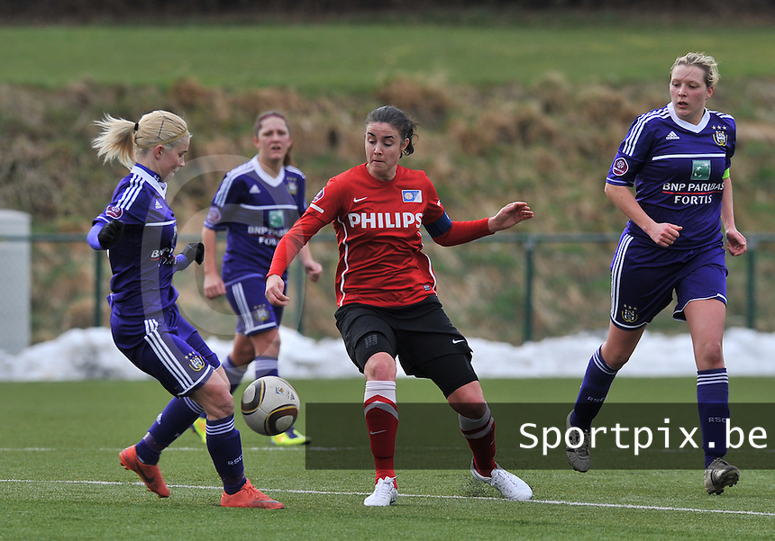 RSC Anderlecht Dames - PSV / FC Eindhoven : duel tussen Stephanie Van Gils (links) en Manon Van Den Bogaard.foto David Catry / Vrouwenteam.be