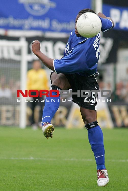 DFB-Pokal 1. Hauptrunde 2004/05<br /> <br /> <br /> <br /> SC Paderborn 07 vs Hamburger SV 4:2<br /> <br /> Emile Mpenza, der die rote Karte bekam<br /> <br /> <br /> <br /> Foto &copy; nordphoto / GŁnter SchrŲder<br /> <br /> <br /> <br /> <br /> <br />  *** Local Caption *** Foto ist honorarpflichtig! zzgl. gesetzl. MwSt.<br /> <br />  Belegexemplar erforderlich<br /> <br /> Adresse: nordphoto<br /> <br /> Georg-Reinke-Strasse 1<br /> <br /> 49377 Vechta