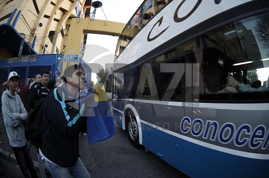 BUENOS AIRES, ARGENTINA, 26 JUNHO 2012 - TREINO CORINTHIANS LA BOMBONERA -  Torcedores do Boca Juniors e do Corinthians sao visto aos arredores do Estadio La Bombonera em Buenos Aires na Argentina, nesta-terca, 26. (FOTO: JUANI RONCORONI / BRAZIL PHOTO PRESS).