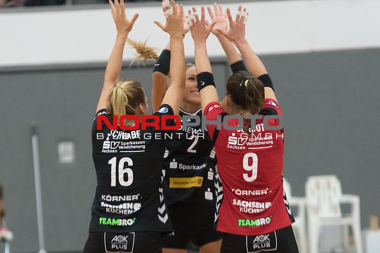 26.10.2016, Vechta, Halle GAV, GER, DVV-Pokal-Achtelfinale, VFL Oythe vs Desdner SC 1898, im Bild<br /> <br /> Jubel Dresden<br /> Katharina Schwabe (DSC Dresden #16)<br /> Myrthe Schoot (DSC Dresden #09)<br /> Mareen Apitz (DSC Dresden #02)<br /> <br /> Foto &copy; nordphoto / Kokenge