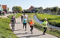 Nederland Zaanse Schans. Deelnemers aan de Zaanse Schansloop. De Zaanse Schansloop gaat door de Kalverpolder en langs de molens. Foto Berlinda van Dam / Hollandse Hoogte.