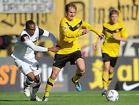 Fussball, 2. Bundesliga, Saison 2011/12, SG Dynamo Dresden - Alemannia Aachen, Sonntag (16.10.11), gluecksgas Stadion, Dresden. Dresdens David Solga (re.) gegen Aachens Reinhold Yabo.