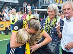 DEN BOSCH - Maartje Paumen (Den Bosch) , die haar laatste wedstrijd voor haar club speelde, met ouders Max en Hettie,  en neefjes, na  de finale van de EuroHockey Club Cup, Den Bosch-UHC Hamburg (2-1) . COPYRIGHT KOEN SUYK