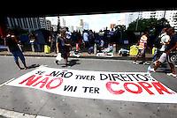 SÃO PAULO, SP - 25.01.2014 - PRIMEIRO PROTESTO CONTA COPA - Protesto nomeado NÃO HAVERÁ COPA contra a Copa do Mundo no Brasil, concentração vão livre do Masp, manifestantes acampam no vão livre do Masp da noite da sexta-feira(24) para o sabado(25) aniversário da cidade de São Paulo  -   FOTO: (Aloisio Mauricio / Brazil Photo Press)