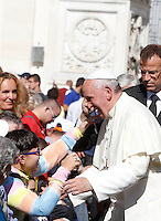 Papa Francesco saluta i fedeli al termine dell'udienza generale del mercoledi' in Piazza San Pietro, Citta' del Vaticano, 16 ottobre 2013.<br /> Pope Francis greets faithful at the end of his weekly general audience in St. Peter's Square at the Vatican, 16 October 2013.<br /> UPDATE IMAGES PRESS/Isabella Bonotto<br /> <br /> STRICTLY ONLY FOR EDITORIAL USE