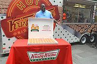 Shaquille O'Neal verteilt Krispy Kreme Doughnuts anlässlich des 80. Geburtstags der Restaurantkette Krispy Kreme am Times Square. New York, 13.07.2017