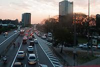 SÃO PAULO-SP-25,08,2014-TRÂNSITO/AVENIDA REBOUÇAS- O motorista segue com trânsito lento na Avenida Rebouças (altura do Shopping Eldorado) sentido Butantã.Região Oeste da Cidade de São Paulo,na tarde dessa segunda-feira,25(Foto:Kevin David/Brazil Photo Press)