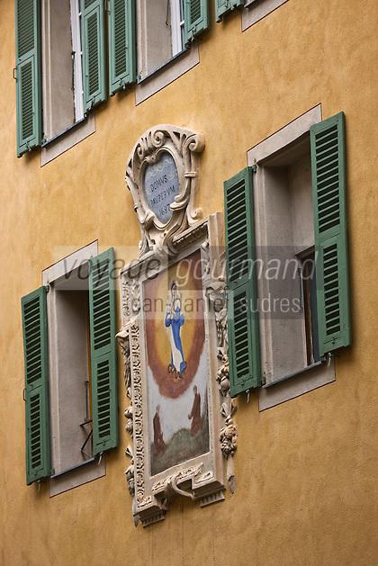 Europe/France/Provence-Alpes-Côtes d'Azur/06/Alpes-Maritimes/Alpes-Maritimes/Arrière Pays Niçois/Sospel: Fenêtre à meneaux et peinture murale à la façade d'une maison de la rue du Pont-Vieux