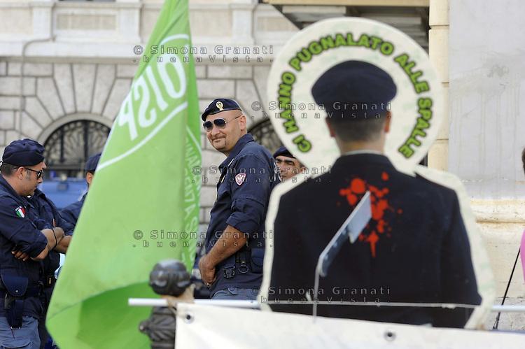 Roma, 15 Luglio 2011.Piazza Montecitorio.Manifestazione dei sindacati di polizia Anfp, Siap, Silp per la Cgil e Coisp e Anfp contro i tagli alla sicurezza
