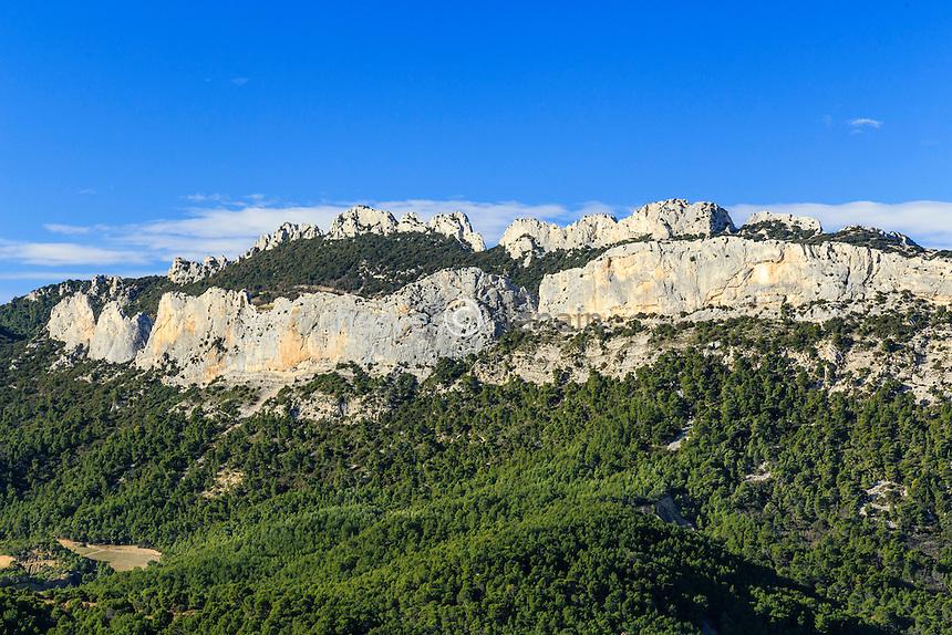 France, Vaucluse (84), La Roque-Alric, les Dentelles de Montmirail vue depuis le village // France, Vaucluse, La Roque-Alric, the Dentelles de Montmirail seen from the village