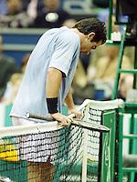 Raemon Sluiter hangt verslagen over het net in zijn finale partij tegen Max Mirnyi