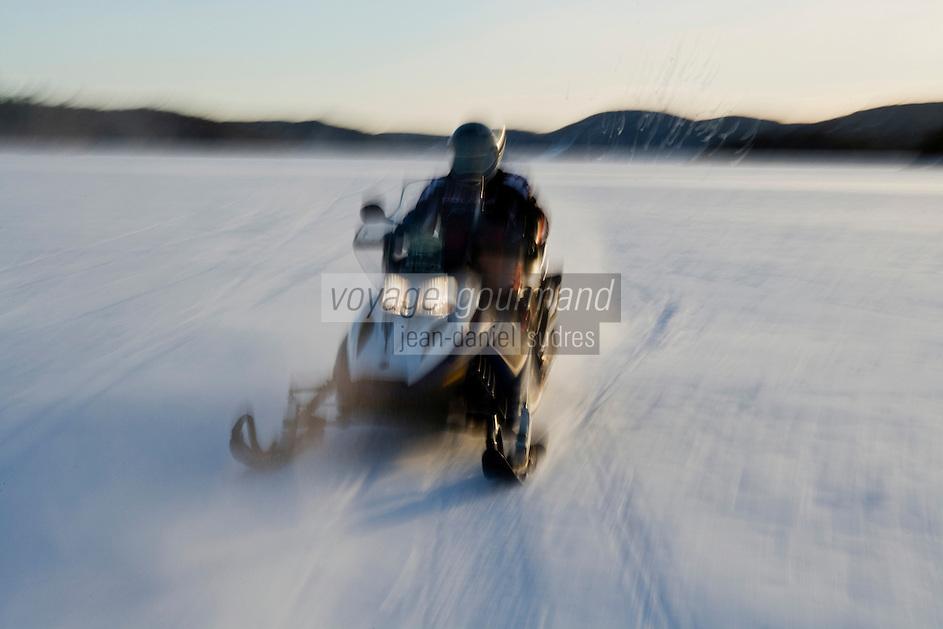 Amérique/Amérique du Nord/Canada/Québec/ Mauricie/Saint-Alexis-des-Monts:  Motoneige sur le  du lac  Sacacomie