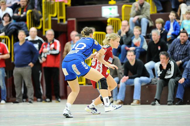 BENSHEIM, DEUTSCHLAND - MAERZ 15: 2. Spieltag in der Abstiegsrunde der Handball Bundesliga Frauen (HBF) in der Saison 2013/2014 zwischen dem Tabellenletzten HSG Bensheim/Auerbach (rot) und dem Tabellenersten der Abstiegsrunde, der HSG Blomberg-Lippe (blau) am 15. Maerz 2014 in der Weststadthalle Bensheim, Deutschland. Endstand 29:32. (16:15)<br /> (Photo by Dirk Markgraf/www.265-images.com) *** Local caption *** Laura Magelinskas (#10) von der HSG Blomberg-Lippe, #5 Antje Lauenroth von der HSG Bensheim/Auerbach