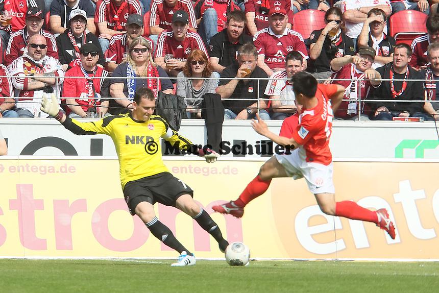 Raphael Schaefer (Nürnberg) klaert gegen Shinji Okazaki (Mainz) - 1. FSV Mainz 05 vs. 1. FC Nürnberg, Coface Arena,