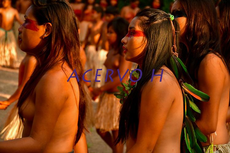 Imagens da abertura do V Festival Mariri da etnia yawanaw&aacute;, na aldeia Mutum, Rio Greg&oacute;rio, . Denominada de saiti munuti, &eacute; uma a&ccedil;&atilde;o de agradecimento aos esp&iacute;ritos da floresta pelos bens que ela oferece e momentos de alegria que a comunidade vivencia, al&eacute;m de um sinal de boa vinda aos visitantes. Os cantos e dan&ccedil;as yawanaw&aacute; s&atilde;o express&otilde;es culturais cultivados pela etnia desde tempos imemoriais. Os yawanaw&aacute; dizem que os cantos das rodadas de mariri servem para chamar a for&ccedil;a dos ancestrais, conect&aacute;-los com a natureza e elevar seus esp&iacute;ritos ao Criador.<br /> Imagens Altino Machado<br /> <br /> <br /> Images of the opening of the V Mariri Festival of the Yawanaw&aacute; ethnic group, in the village Mutum, Rio Greg&oacute;rio,. Named saiti munuti, it is an act of thanks to the spirits of the forest for the goods it offers and moments of joy that the community experiences, as well as a welcome signal to visitors. Yawanaw&aacute; songs and dances are cultural expressions cultivated by the ethnic group since time immemorial. The yawanaw&aacute; say that the corners of the mariri rounds serve to draw strength from the ancestors, connect them with nature and elevate their spirits to the Creator.<br /> Images Altino Machado