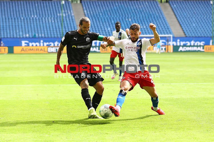 Sandhausens Dennis Diekmeier und Hamburgs Tim Leibold beim Spiel Hamburger SV gegen den  SV Sandhausen in Hamburg / 280620<br />