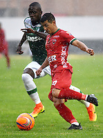 TUNJA -COLOMBIA, 25-02-2017. Omar Vasquez (Der) jugador de Patriotas FC disputa el balón con German Mera (Izq) jugador de Deportivo Cali durante partido por la fecha 6 de la Liga Águila I 2017 realizado en el estadio La Independencia en Tunja. / Omar Vasquez  (R) player of Patriotas FC fights for the ball with German Mera (L) player of Deportivo Cali during match for the date 6 of Aguila League I 2017 at La Independencia stadium in Tunja. Photo: VizzorImage/César Melgarejo/Cont