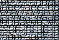 Auto Verladung Hamburg : EUROPA, DEUTSCHLAND, HAMBURG (EUROPE, GERMANY), 02.02.2013:Neuwagen warten auf den Transport in alle Welt am Uni Kai im Hamburger Hafen