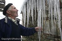 El duro invierno crea Carambanos de hielo que cuelgan del tejado de una casa de aldea en Galicia