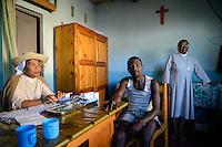 MADAGASCAR, Mananjary, prison / MADAGASKAR, Mananjary, Gefaengnis, Ordensschwestern arbeiten im Gefängnis, Sr. GISELE und Sr. BERNADETTE beraten Häftling JEAN-CHRISTOPHE