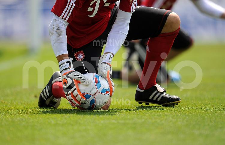 Fussball 1. Bundesliga:  Saison   2011/2012   04.07.2011    Vorbereitung im Trainingslager am Gardersee , Trentino, Riva del Garda UHLSPORT HANDSCHUHE mit Adidas TORFABRIK Ball