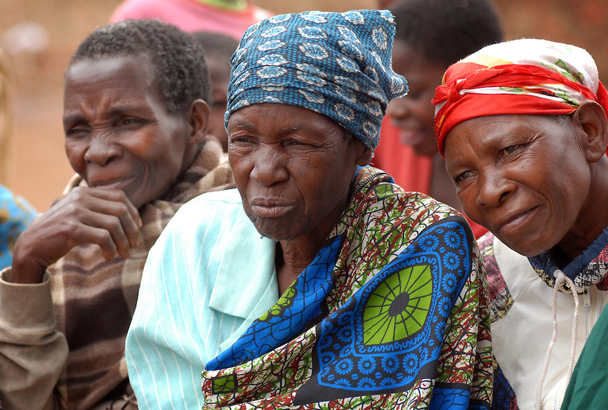 A DRAMA ABOUT HIV/AIDS IS PLAYED OUT TO A CROWD IN KASARIKA, NEAR LUCHENZA, MALAWI. KASARIKA IS AN AIDS COMMUNITY WHICH CARES FOR 45 AIDS WIDOWS AND 111 AIDS ORPHANS. PICTURE BY CLARE KENDALL. 2/11/12