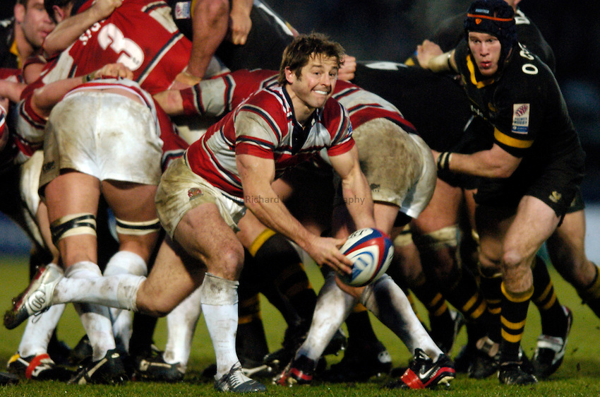 Photo. Richard Lane..London Wasps v Gloucester. Zurich Premiership.  27/12/2004..Andy Gomarsall passes.