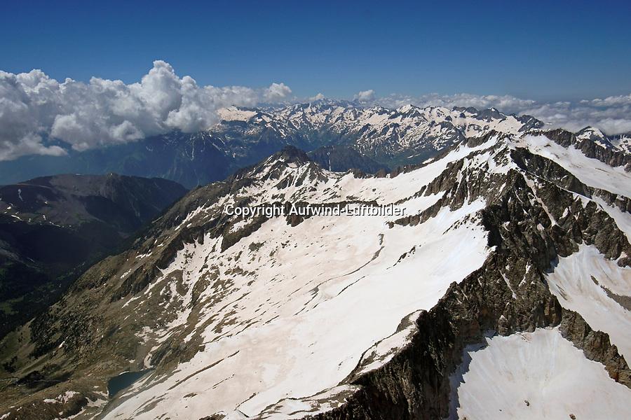 Pico de Aneto in den Pyrenäen: EUROPA,  SPANIEN, KATALANIEN, LA CERDANYA, 24.06.2018: Der Pico de Aneto ist mit einer Höhe von 3404 m der höchste Berg in den Pyrenäen, der dritthöchste Spaniens (nach dem Teide auf Teneriffa und dem Mulhacén in Andalusien) sowie der höchste von Aragón. Er liegt in der spanischen Provinz Huesca, im Norden von Aragonien. Er bildet den südlichen Teil des Maladeta-Massivs.